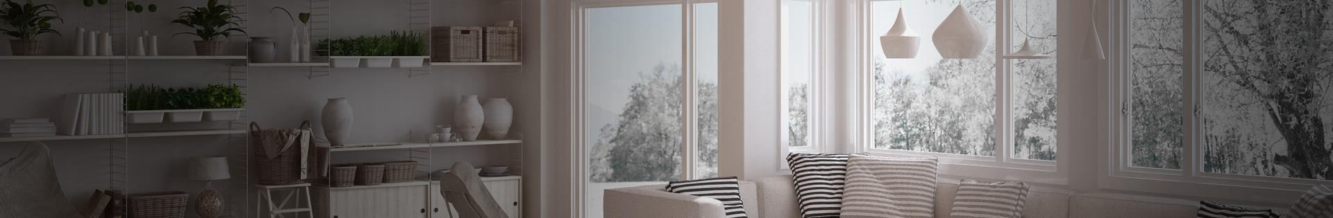 Okna i drzwi na balkon w pokoju dziennym